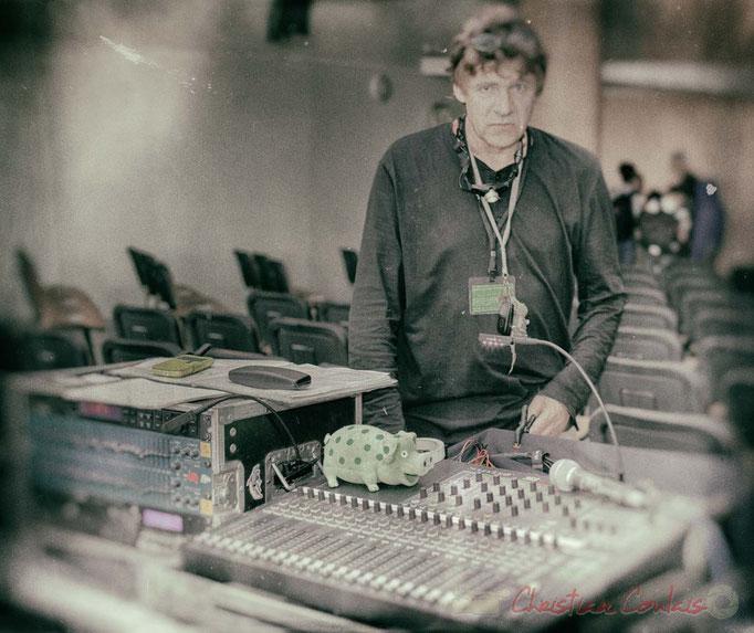 Pablo Jarraute, responsable du son, scène de la salle culturelle de Cénac. Festival JAZZ360 2016. Photographie : Christian Coulais