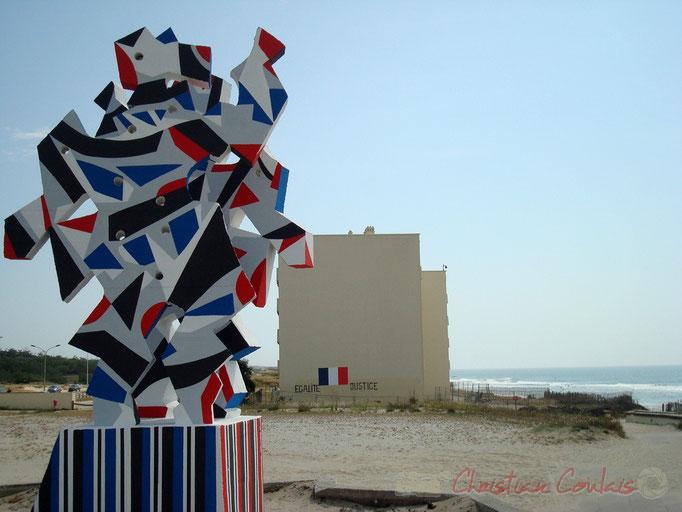 """La Danse, œuvre de Marc-Antoine Bissière, dit """"Louttre.B"""" devant l'immeuble Le Signal, Soulac-sur-Mer"""