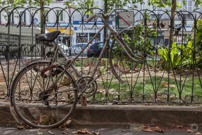 Plus qu'une roue ! Place Mireille Havet, Paris 11ème arrondissement