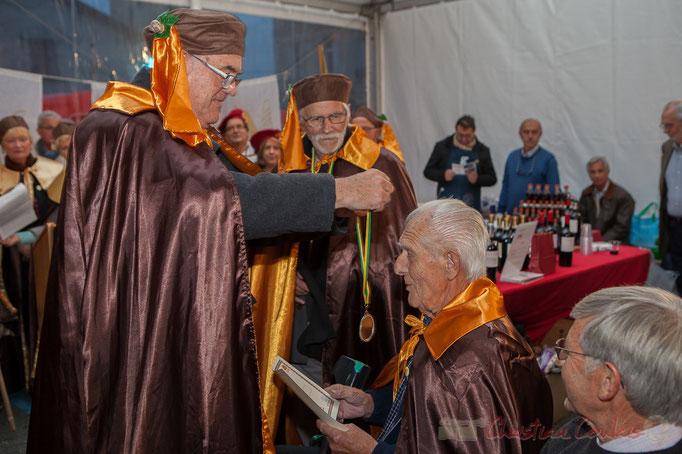 Jean-Marie Darmian remet la médaille de la Confrérie de la Cagouille Créonnaise à Mario Rigo