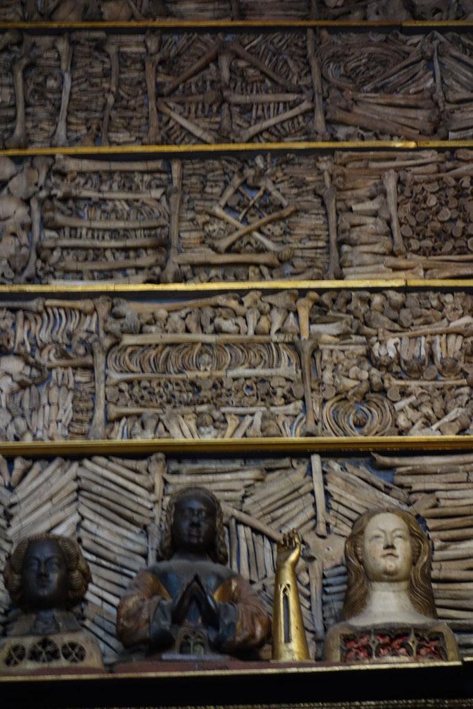 Le parete sotto il soffito sono un mosaico di ossa