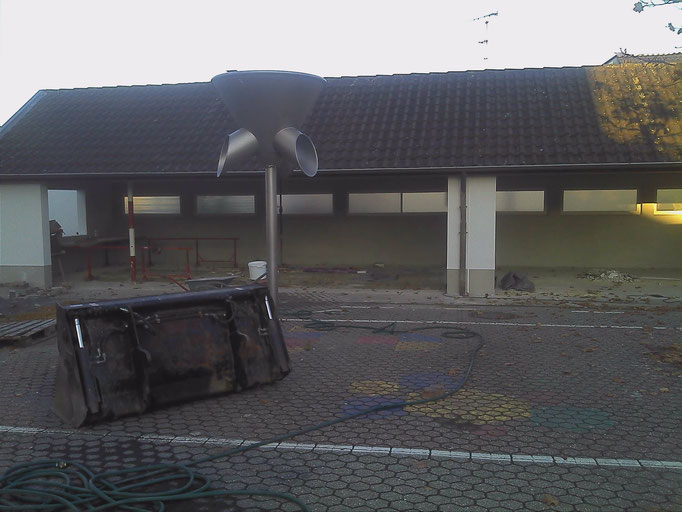 Die stehengebliebenen Überreste der Pausenhalle