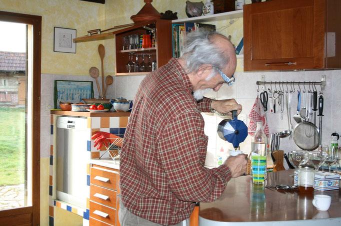 Gastfreundlich wie alle Franzosen hat Roger schnell Kaffe und Wein bereit.