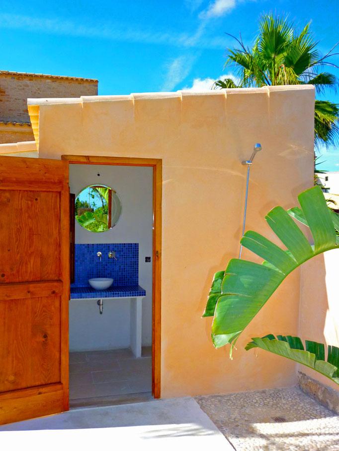 Bad 4/ 4 ist das Aussenbad mit Dusche heiß/ kalt, Waschbecken und WC