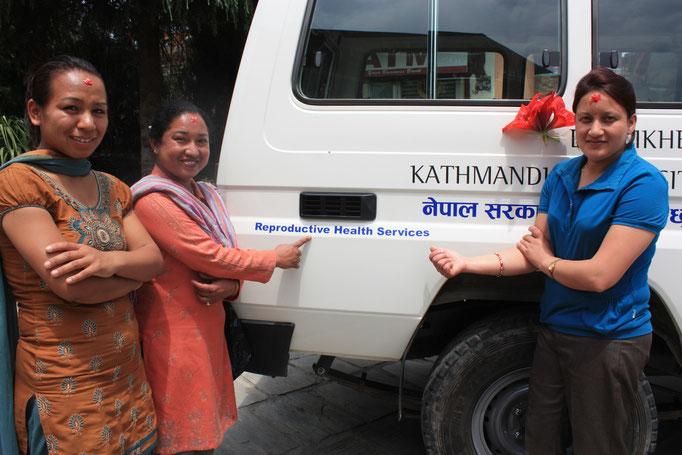 Unsere 3 BISS-Schulungs-Krankenschwestern Konchan Shrestha, Binu Basnet und Pabita Patel am BISS-Fahrzeug in Nepal