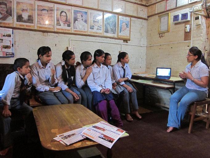 Aufklärungsunterricht unserer Nurse Binu Basnet mit BISS-finanziertem Laptop in Nepal