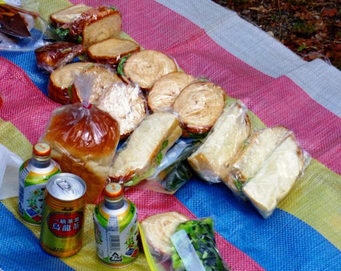 昼食の手作りサンドウィッチ