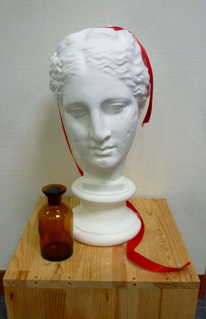 石膏デッサン(アバタのビーナス+薬瓶、リボン)