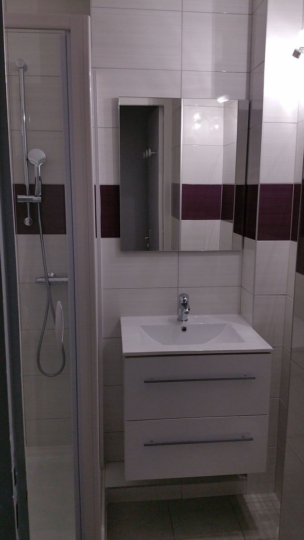 cabine douche avec lavabo et meuble de rangement 2 tiroirs.