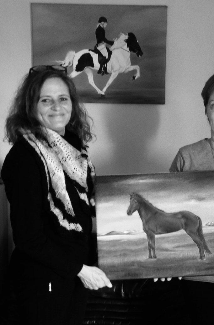 """An der Wand im Hintergrund: mein """"Sending"""" Gemälde von 2017"""