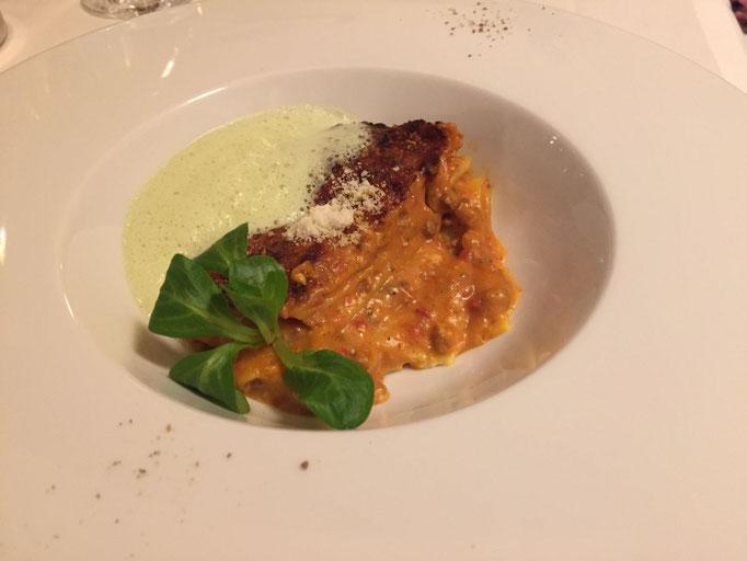 Lasagne Bolognese mit Kräuterschaum