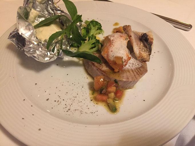 Lachs, Thunfisch und Dorade an Folienkartoffel und Brokkoli mit Mandelbutter