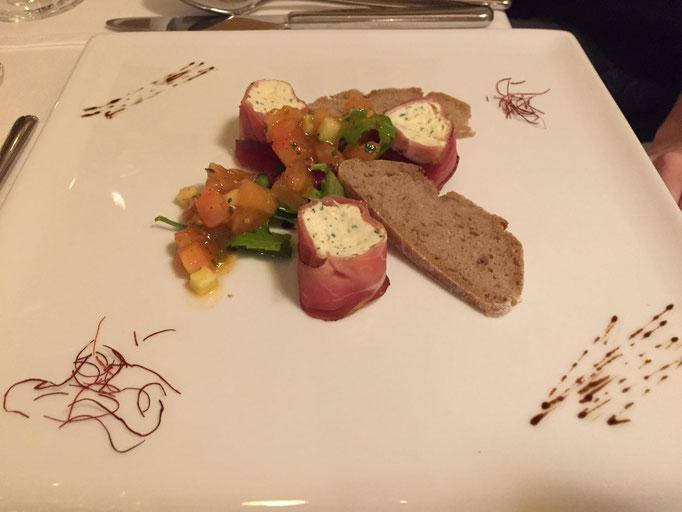 Kräuterquark-Speckröllchen mit Tomatendressing und Paarlbrotchips