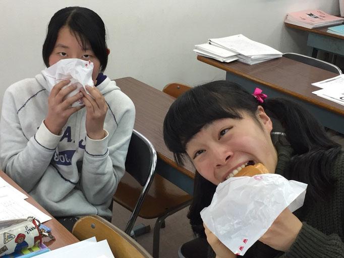 横浜校食ってます。