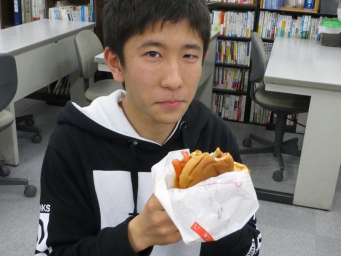 名古屋校食べています。
