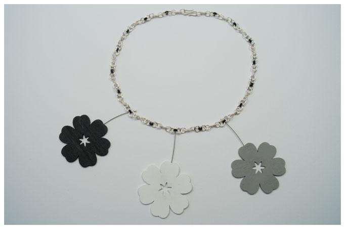 Collier aus 925er Silber und Kautschuk, abnehmbare Holzblüten
