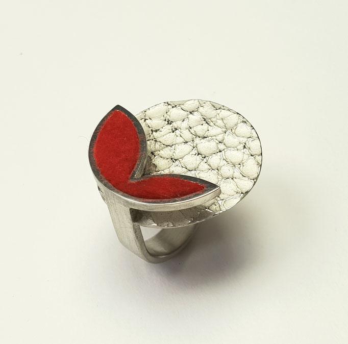 Ring aus 925er Silber mit Lederstruktur und Filzeinlage     430,-€