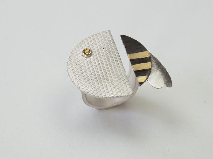 """""""Bee to be"""" : Ring aus Silber, Feingold und gelben Saphir"""