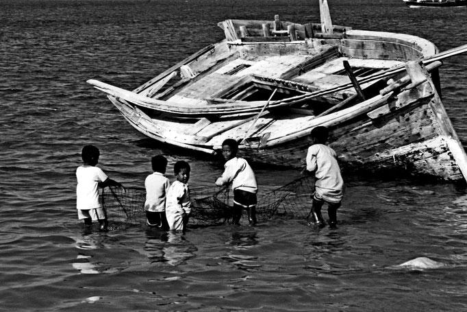 Kinder im Hafen von Sur (Ash Sharqiyah South)