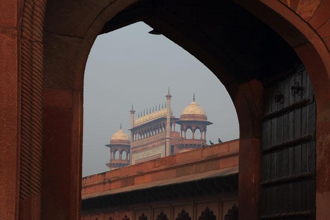 Blick durch das Eingangstor zum Taj Mahal