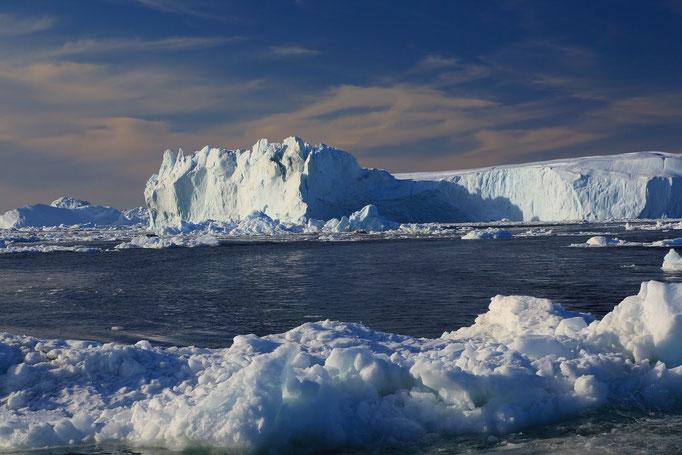 Gefährlicher Wasserweg zwischen den Eisbergen