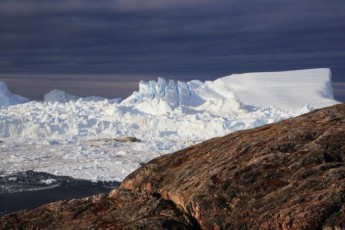 Ein Eisberg zerfällt