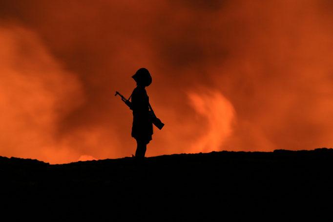 Soldat am Erta Ale (Äthiopien)