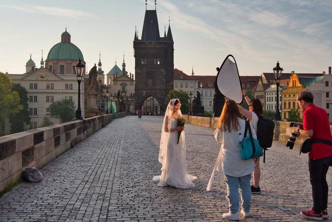 Hochzeitfotografen auf der Karlsbrücke