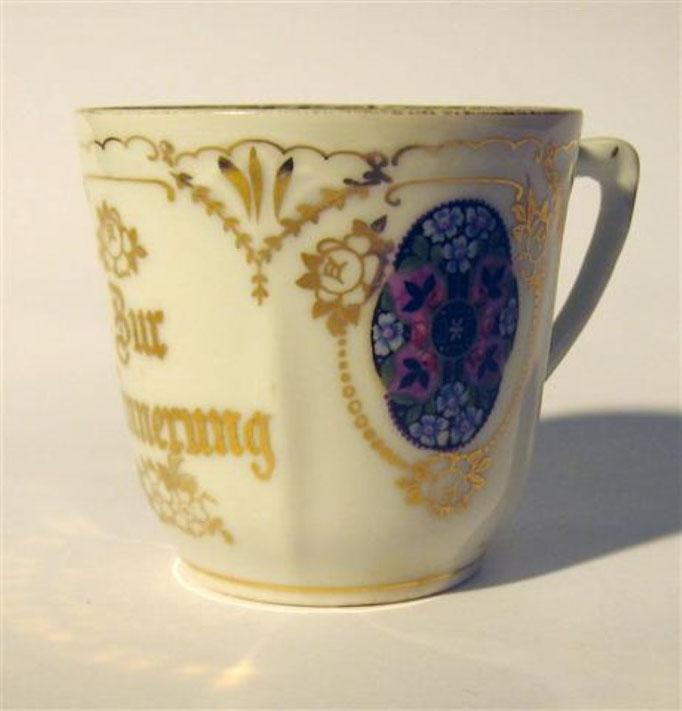 """2704/Tasse """"Zur Erinnerung"""" ~1900, o. Marke, H 7 cm, EUR 24,-"""
