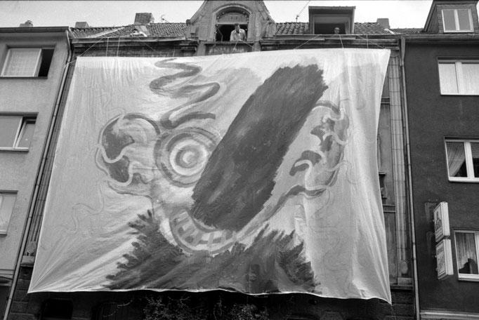 Verhüllung des Hauses Krefelder Straße 3 durch die Künstlerin Sonja Kuprat, Folkwang 87