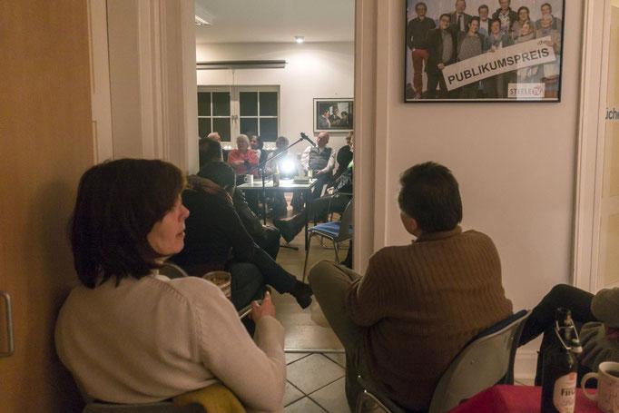 Wegen der hohen Besucherzahl konnten einige Gäste die Lesung nur vom Nebenraum verfolgen