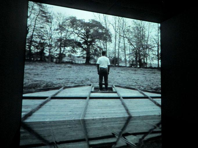 Steve McQueen, Deadpan, Film (die Wand eines Hauses stürzt über einen unbeteiligt wirkenden Menschen)
