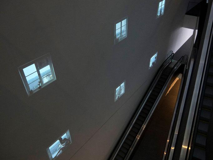Videoprojektionen an der Wand im Eingangsbereich