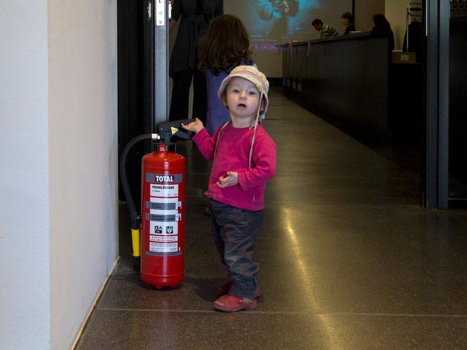 Ein kleiner Feuerwehrmann im Foyer