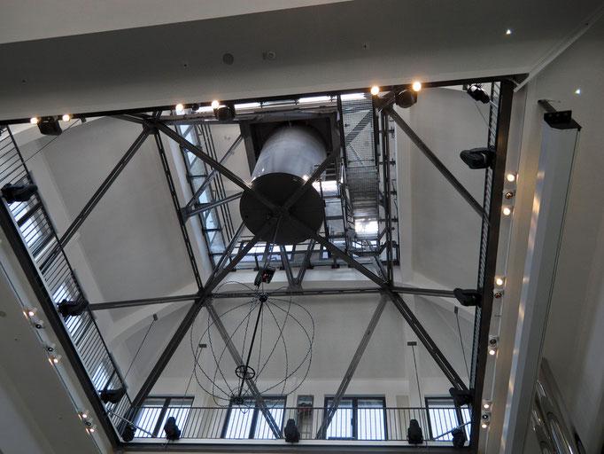Die Befestigung des U-Leuchtsymbols im Inneren der Dachkostruktion