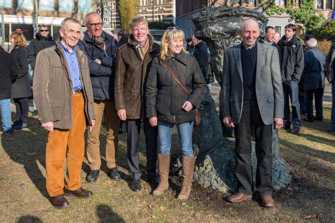 """Gruppenbild mit """"Lebensgröße"""". Freude über die (Wieder-) Aufstellung von links: Dr. Paul Breloh, Dr. Ludger Breloh, Bürgermeister Franz-Josef Britz,  Sabine Peretzke, Klaus Breloh"""
