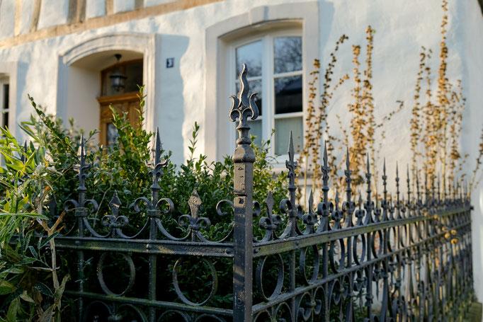 Vorgarten mit geschmiedetem Zaun - Ferienwohnung Brauneberg