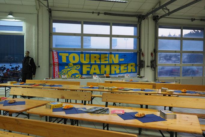 Gut vorbereitet - die Motorradhalle bei BMW in Schorndorf