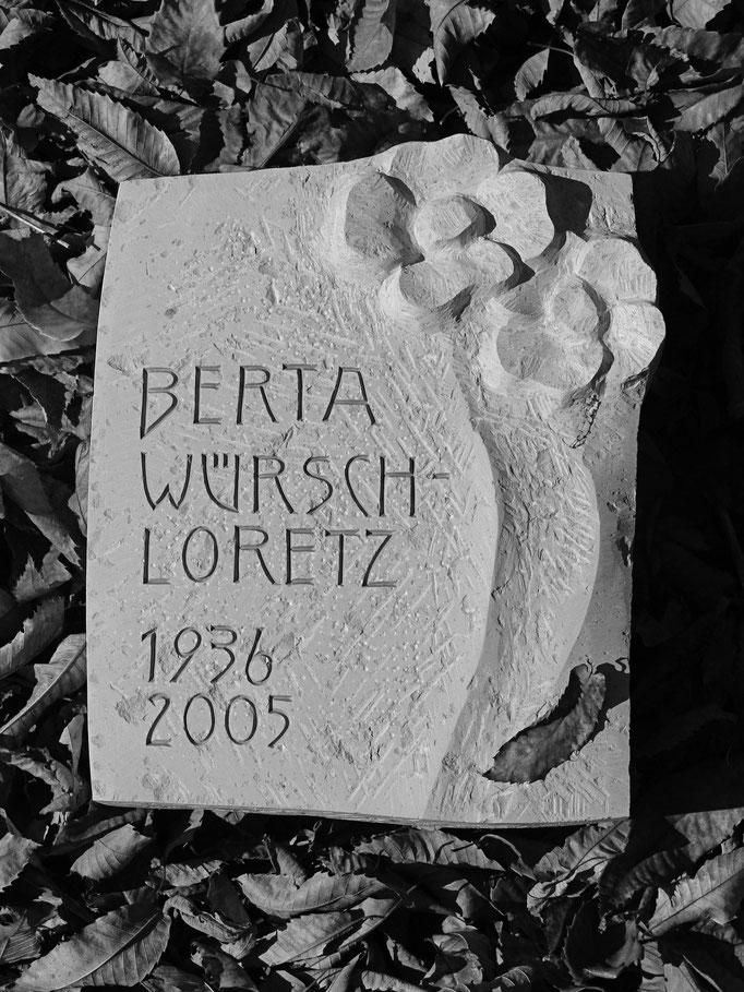Urnen Liegeplatte  Gersau, Schwyz   -   Blumen Relief        -          Bildhauerei Wiedemer Basadingen - Thurgau