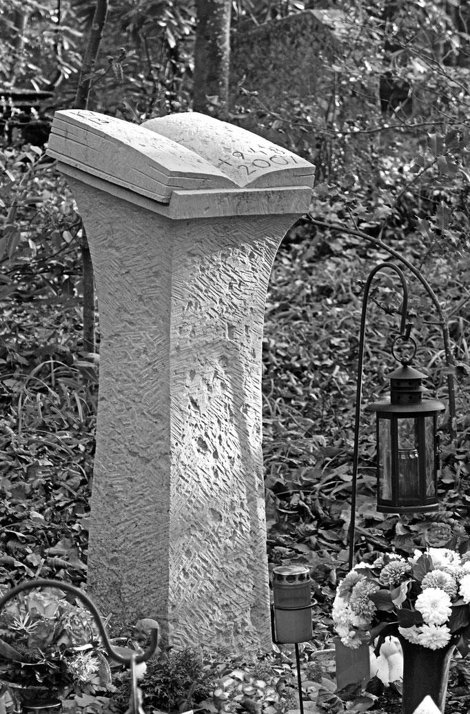 Urnengrab  -   Waldfriedhof Schaffhausen  -   Buch auf Lesepult, vollplastisch      -      Bildhauerei Wiedemer Basadingen - Thurgau