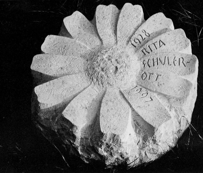 Urnen Liegeplatte Steinen, Schwyz   -  Blume      -         Bildhauerei Wiedemer Basadingen - Thurgau