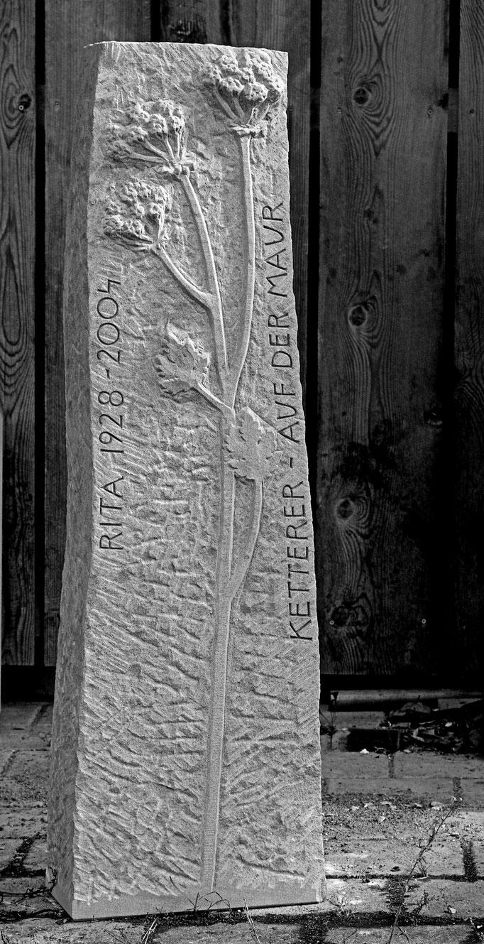 Grabstein Arth, Schwyz  -  Wiesenblumen Relief           -        Bildhauerei Wiedemer Basadingen - Thurgau