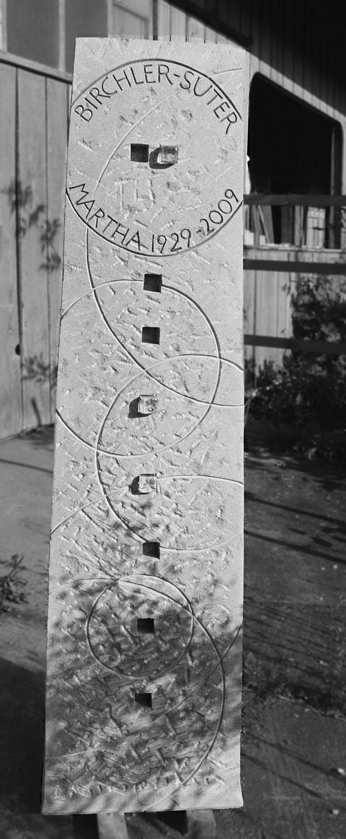 Grabstein Einsiedeln, Schwyz  -  Familien Symbol graviert mit Glaselementen       -       Bildhauerei Wiedemer Basadingen - Thurgau