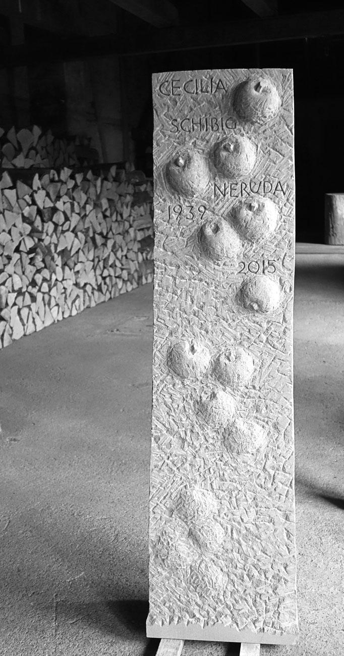 Grabstein Steinen, Schwyz  -   Äpfel Relief        -            Bildhauerei Wiedemer Basadingen - Thurgau