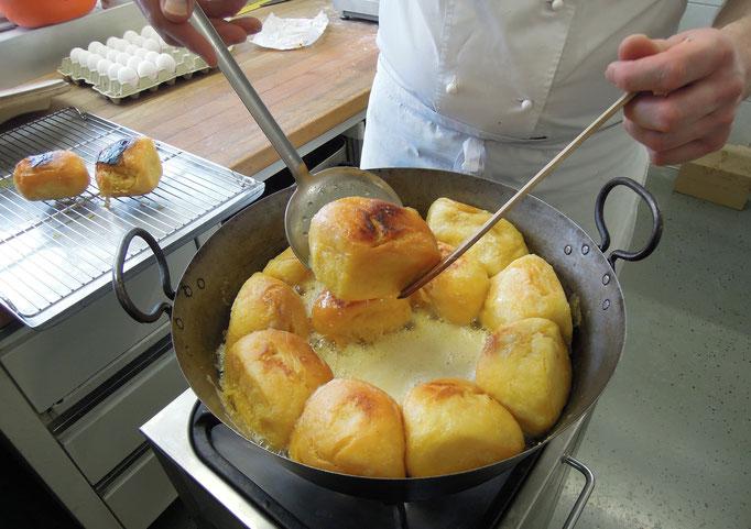 Nach etwa 15 Minuten sind die Butternudeln gebacken und verlassen die Pfanne. Foto: C. Schumann