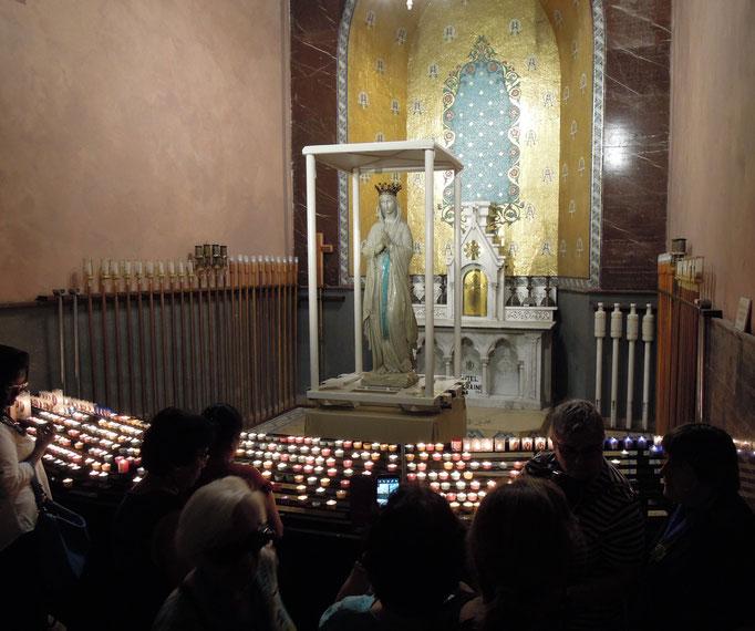 Marienstatue in der Basilika Mariä Empfängnis.
