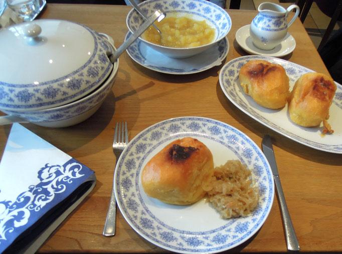 Köstliches Erlebnis: Ruhpoldinger Butternudeln –herzhaft mit Sauerkraut oder süß mit Apfelkompott. Foto: C. Schumann