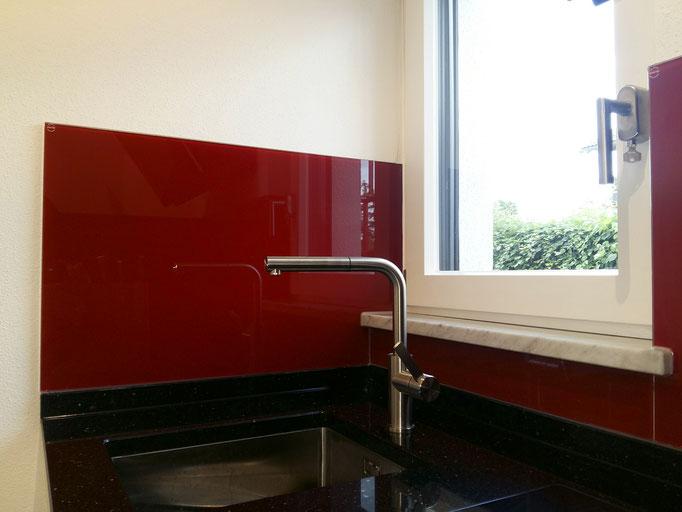 Glasrückwand, Küchenrückwand nach RAL Farbe mit Ausschnitte- © Glaserei Allgäuer