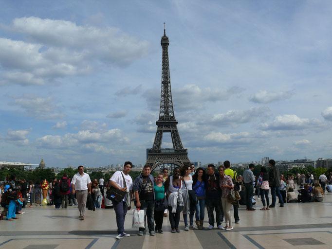 Nos jeunes professionnels italiens en visite à Paris, la Tour Eiffel / Participants visiting Paris