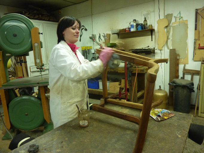 Elena (italienne), en stage en atelier de restauration de meubles / Elena restoring antique furnitures